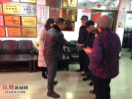 1.18区代表徐大明慰问运河社区困难居民.jpg