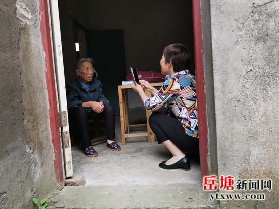 20200514上门对龙清和进行城乡居民养老保险认证 (1).jpg