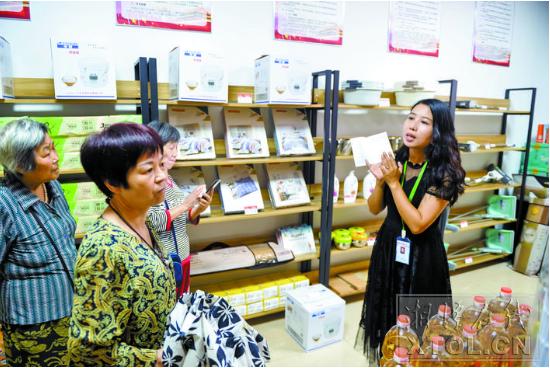 社区居民在慈善爱心超市选购商品。(记者 陈旭东 摄)