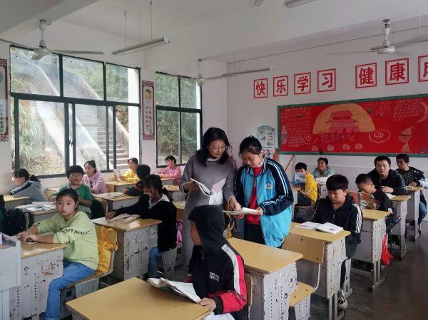 顾蓉在青坪学校上课。