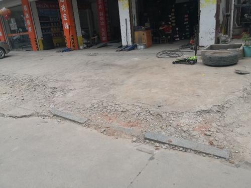 卫健局北侧自建房东面人行道破损