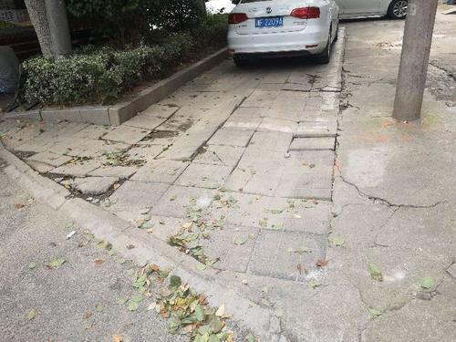 人行道破损