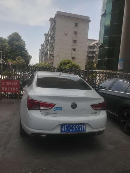 发电公司大门口违规停车
