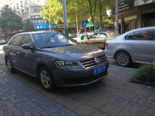 湘F00F78违章停放在谭家垄街道,因无联系方式,请交警部门联系车主,并予以查处