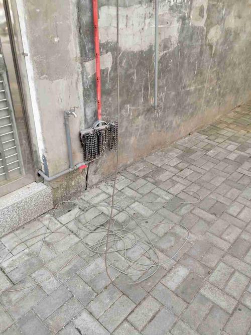 网线掉落在地