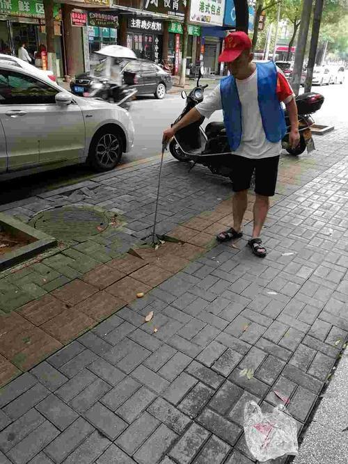 人行道石损坏