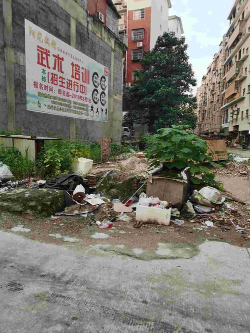 建筑物垃圾,生活垃圾随处堆放