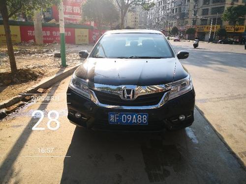 三阳街路段车辆违停