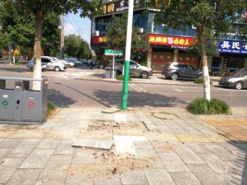谭家垄街道入口处有路面破损