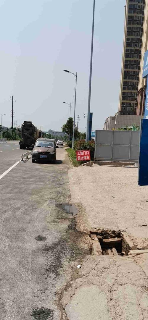 山水豪庭前道路破损、建筑垃圾残留