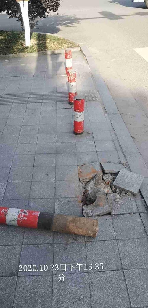 购得乐红绿灯处  地面损毁,铁桩倒落