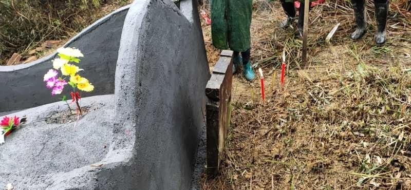 对方违建坟墓。
